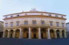 Il teatro è intitolato a Luciano Pavarotti da ottobre 2007   Modena
