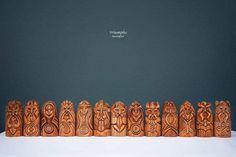 Muy bonita serie de 9 dioses nórdicos. Las estatuas son carwed de la mano de la madera de linden. ¡Sería muy agradable para montar en cualquier decoración del hogar/pub! El sistema incluye: Odin, Thor, Freyja, Frig, Magni, Tyr, Hel, Loki, Heimdallr, Bragi, Iduna, Frey, Balder. Es un gran