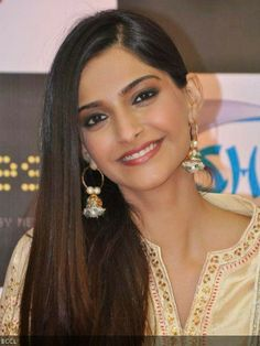 Sonam looks amazing in these gold-pearl jhumkas