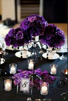 Decoracion purpura y negro y velas