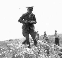 "759 Me gusta, 4 comentarios - -War Historians Founder- (@german_ss_ww2) en Instagram: ""Rommel in a flower field in full uniform with guys shaving in the background. ""History Only""…"""