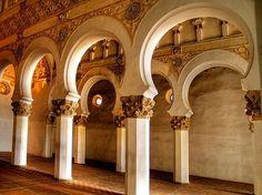 Materiales más usados por los alarifes (ladrillo, yeso y madera) en la sinagoga de Santa María la Blanca en Toledo