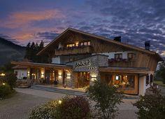 Sich zu Weihnachten Im Tannheimertal einquartieren und den Winter genießen. Alpine Hotel, Cabin Homes, Minimalism, Nova, Hotels, Wellness, Interiors, Spaces, Mansions