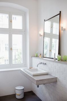 floating vanity in concrete - Modern Bathroom Design