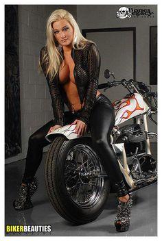 Biker Girl - on the custom bike Yamaha V Max, Lady Biker, Biker Girl, Motorbike Girl, Motorcycle Girls, Babe, Hot Bikes, Biker Chick, Up Girl