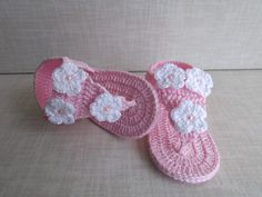 This Pin was discovered by Tai Baby Girl Sandals, Crochet Baby Sandals, Crochet Shoes, Crochet Fabric, Knit Crochet, Baby Patterns, Crochet Patterns, Handgemachtes Baby, Baby Couture