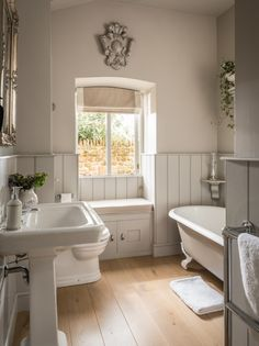Luxury self-catering, dog-friendly barn conversion in the Cotswolds - Badezimmer und Wellness - Bathroom Towel Bathroom Styling, Bathroom Interior Design, Country Bathroom Design Ideas, Bathroom Designs, Bad Styling, Family Bathroom, Bathroom Wall, Navy Bathroom, Bronze Bathroom
