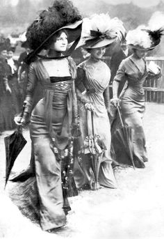 The Belle Epoque Body-con Dress That Was Too Sexy for Paris Scandalously body-skimming (and shockingly petticoat-free) dresses by Parisian couturier Mme. Margaine-Lacroix, debuted by three models at the fashionable Longchamp horse race in Belle Epoque, Edwardian Era, Edwardian Fashion, Vintage Fashion, 1900s Fashion, Victorian Women, Victorian Photos, Historical Costume, Historical Clothing