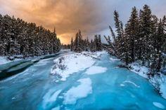 El río Bow parcialmente congelado en el Parque Nacional Banff de Alberta, en el lago Louise (Canadá), la sede del Mundial de Esquí Alpino Masculino. (AFP/JOE KLAMAR/VANGUARDIA LIBERAL)