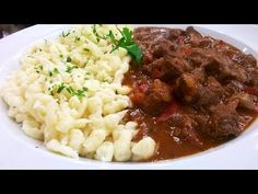 Par el goulash, desgrasar la carne y cortarla en cubitos. Pasar por harina y dorar en cacerola con oliva. Aparte, picar la cebolla, morró... Vegetarian Times, Vegetarian Recipes, German Meat, Spaetzle Recipe, Falafel Recipe, Culinary Arts, Stew, Salad Recipes, Food And Drink