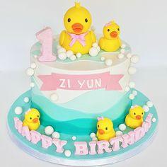 Duck cake Rubber Duck Cake, Rubber Duck Birthday, Girls First Birthday Cake, Baby Birthday Cakes, Cake 1 Year Boy, Rubber Ducky Baby Shower, Girl Birthday Decorations, Girl Cakes, Baby Shower Cakes