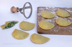 I ravioli ricotta e spinaci sono un primo sempice, genuino, sano e buonissimo. Mia nonna li prepara spesso perchè sa che in famiglia tutti ne andiamo matti.