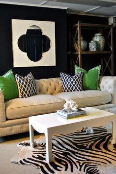 Emerald green, navy walls, quadrafoil white and gold mirror & navy & green cushions Living Room Grey, Home Living Room, Living Spaces, Green Interior Design, Gray Interior, Tropical Interior, White And Gold Decor, Black Decor, Green Cushions