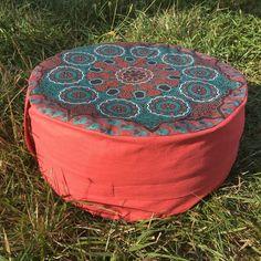 Meditační sedák plněný pohankovými slupkami červený s kruhy + dárek Outdoor Furniture, Outdoor Decor, Pilates, Ottoman, Home Decor, Pop Pilates, Interior Design, Home Interior Design, Yard Furniture