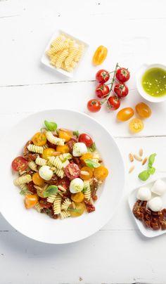 Jeder kennt ihn: Nudelsalat. Mit Pinienkernen, getrockneten Tomaten, und Mozzarella bekommt er neuen Schwung.