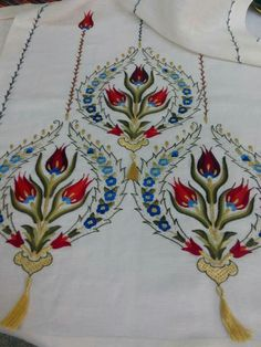 Table runner, fabulous stitching, I really like these designs. Hungarian Embroidery, Types Of Embroidery, Embroidery Suits, Embroidery Needles, Hand Embroidery Designs, Embroidery Patterns Free, Embroidery Art, Cross Stitch Embroidery, Machine Embroidery