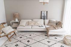 Hoezen voor Ikea banken - ELLE INTERIEUR Beige And White Living Room, White Couch Living Room, Beige Couch, Beige Living Rooms, Ikea Living Room, White Couches, Small Living Rooms, Living Room Chairs, Living Room Designs