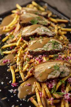 Koukuttavin mättöruoka ikinä - ruskea kastike ja ranskalaiset ovat järjettömän hyviä yhdessä Food N, Food And Drink, Poutine, Kung Pao Chicken, Nom Nom, Cooking Recipes, Beef, Baking, Ethnic Recipes