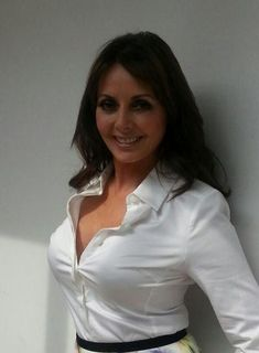 Carol Vorderman flaunts fixed nose & cleavage Sexy Older Women, Sexy Women, Carol Vordeman, Belle Nana, Secretary Outfits, Sexy Blouse, Tv Presenters, Foto Pose, Look At You