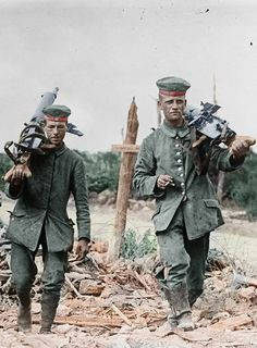 Two German soldiers carrying machine guns in WWI Ww1 History, Military History, History Education, World War One, First World, Ww1 Art, Ww1 Photos, Photographs, Ww1 Soldiers