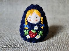 Sweet embroidered strawberry doll.  Love the hair!  Felt pebble doll.  Broche poupée russe fraise