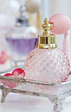 Vintage  perfume atomizer.  L'esthétisme d'une ancienne bouteille en verre est indéniable; de sections et de coloris variés, elles vont s'intégrer élégamment dans votre intérieur.