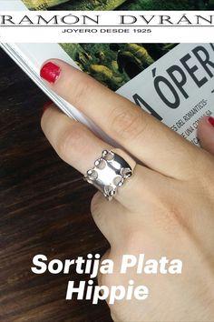Sortija fabricada en plata de Ley de estilo hippie, terminación en plata o chapada en oro de 18 Kts Este anillo esta disponible en varias medidas. Esta joya se entrega con estuche. Sortijas en Plata by Ramón Durán Joyero Regalos originales y especiales en plata de Ley fabricados por Ramón Durán Joyero Ramón Durán Joyero C/ Donoso Cortés, 85, Madrid 91 549 33 64 ⠀ #JoyeríaOnline #JoyasdePlata #ComprarJoyasOnline #SortijasdePlata #DiseñadordeJoyas #EspecialistaJoyasdePlata #tiendadejoyasonline Estilo Hippy, Engagement Rings, Madrid, Jewelry, Jewelry Design, Silver Jewellery, Jewel Box, Sterling Silver, Original Gifts
