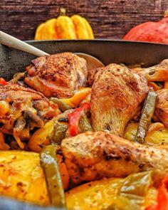 Ofen-Hähnchen mit Kartoffeln und Gemüse ist ein köstliches und einfaches One-Pot-Gericht, für das du nur eine einzige Pfanne brauchst. Knuspriges und gesundes Hühnchen in einer Honig-Senf-Soße, das zusammen mit frischem Gemüse und Kartoffeln im Ofen gebacken wird. Die Zubereitung ist denkbar einfach und die gesamten Vorbereitungen sind in etwa 15 Minuten erledigt. Hol dir jetzt das einfache Rezept. #ofengericht #kinderessen #familienessen #geflügel #hähnchen #huhn Oven Fried Chicken, Chicken Potatoes, Fries In The Oven, Chicken Wings, Turkey, Meat, Vegetables, Food, Drink Recipes
