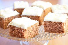 Jeg syns at det er fantastisk herlig å fylle kjøkkenet mitt med duften av nystekt krydderkake!    Denne varianten lager du i en stor langpanne og dekker med deilig ostekrem med vanilje. Hvis du er glad i nøtter, må du gjerne drysse hakkede hasselnøtter eller andre typer nøtter på ostekremen før du deler kaken i biter.    Kaken holder seg myk og god i mange dager, og den er også fin å fryse.    Tips: Skal du fryse kaken er det lurt å legge kakestykkene på et brett før du legger dem i…