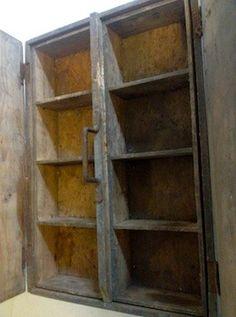 Magnifique coffre en bois fabriqué par la Manufacture d'armes et cycles de Saint Etienne. Il en porte l'insigne (voir photo) Il est composé de deux casiers amovibles de 4 cases chacun. Poignée métallique. Intérieur sain. Très bel objet rare.... Dimensions : L. 47 cm l. 34 cm H. 19 cm