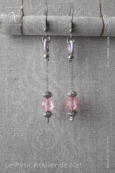 Réalisation [ Fait-Main ] avec du fil aluminium (Ø2mm), une perle craquelée et des perles tibétaines, ainsi qu'une perle d'acier inox et un anneau d'aluminium laqué. Les crochets d'oreilles sont en acier inoxydable ainsi que la chaîne. Petites boucles d'oreilles ou boucles d'oreille à assortir avec tenue et maquillage, selon l'envie. Facile à mettre et enlever, la boucle d'oreille est légère et se dandine au gré des mouvements, avec de petits tintements agréables qui permettent de...