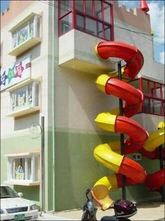 This looks more like the kindergarten slides in Germany. Who needs a fire escape? This would be awesome on a house. Cool Slides, Water Slides, Building Fails, House Slide, Indoor Slides, Playground Slide, Fire Escape, Cool Apartments, Layout