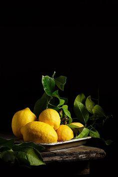 Photo Lemons by Raquel Carmona Romero on - food - Fruit Dark Food Photography, Still Life Photography, Colour Photography, Fruit And Veg, Fruits And Vegetables, Veggies, Photo Fruit, Vegetables Photography, Blog Fotografia