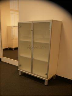 Przestronne szafki pomieszczą wszystkie niezbędne materiały biurowe.