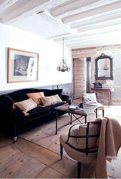 La peinture blanche des poutres renforce la luminosité du salon