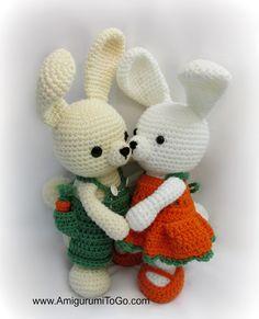 Gratis haakpatroon van konijntjes die je kunt aankleden ontworpen door Amigurumi To Go. Inclusief gratis haakpatronen voor lief jurkje en leuk tuinpakje.