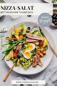 Original französischer Nizza-Salat ist schnell gemacht und das perfekte Rezept für den Sommer. Mit frischem Thunfisch und cremigem #dressing. #rezept Nicoise, Summer Vibes, Cobb Salad, Bbq, Food, Dressing Recipe, Tuna, Barbecue, Barrel Smoker