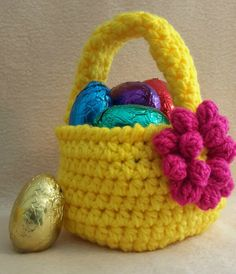 Free pattern to make this little Easter basket...  See written pattern and/or video!