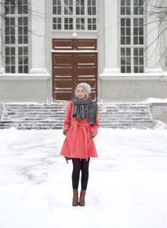 Väripilkku sunnuntaiaamun lumisateessa