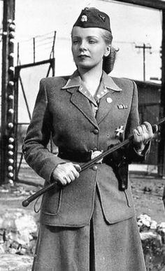 Irma Grese(hier wohl eine Schauspielerin) war eine grausame deutsche KZ Aufseherin in Auschwitz und Bergen-Belsen. Sie wurde im Dezember 1945 zum Tode verurteilt und gehängt.