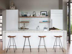 cozinha de mármore com banquetas