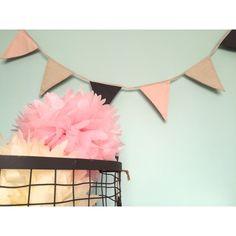 Guirnalda de lino compuesta por banderines combinados en tonos grises, rojos y azules, perfecta para la decoración de habitaciones infantiles, cumpleaños, baby shower y todo tipo de eventos.