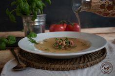 Heldere tomatenbouillon met Hollandse garnalen. Leuk voorafje voor als er vrienden blijven eten.