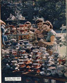 Магазин стекла и фарфора на Университетской всегда привлекал внимание. Донецк, 1962 год