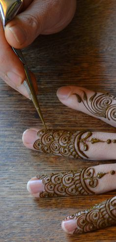 Such precision! Henna by Heartfire Henna I'd like to learn how to get this paste and cone combination...