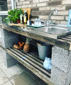 Mit eget Udekøkken kom til at se sådan her ud Small Outdoor Kitchens, Outdoor Kitchen Plans, Outdoor Sinks, Outdoor Kitchen Design, Outdoor Cooking, Kitchen Decor, Outdoor Areas, Outdoor Rooms, Outdoor Living