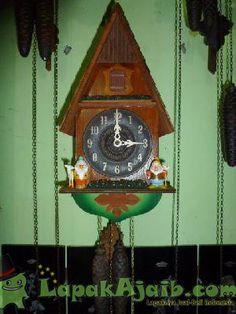 Jam Kikuk Antik Motif Rumah Bandul Dua Harian