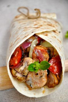 Souvlaki de pui - Chicken Souvlaki - I made this recipe to post it on www. Tastefull greek recipe for a hot summer day Food Design, Chicken Souvlaki, Tacos And Burritos, Delicious Sandwiches, Cooking Recipes, Healthy Recipes, Greek Recipes, Smoothie Recipes, Family Meals