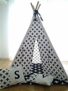 Uma combinação perfeita com tecido da Nomalism na tenda e tecido Vidal Tecidos na base. Tenda toda estampada com base e almofada 120€. Dimensões, base 1mx1m altura 1,40m almofada extra 7,5€ (portes não incluídos - 8€ continente, zona de Lisboa entrega sem custos) #textiltribu #textilpuff #tendadebrincadeiras #tipi #teepee #babyroom #bebe #maternidade #quartodebebe