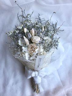 ソーラーローズを中心にプリザブドフラワーの紫陽花やカスミソウドライフラワーの  ハイブリッドスターチスブルーファンタジアポアプランツ白フローレンティナなど合わせてシーナマイロールで巻いたナチュラルなスワッグです全体の長さは36cm程横幅は22cm程ですお... Hand Bouquet, Dried Flower Bouquet, Flower Corsage, Dried Flowers, White Flowers, Wedding Bouquets, Wedding Flowers, Dried Flower Arrangements, How To Preserve Flowers